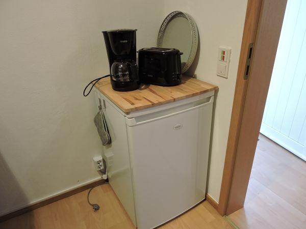 Kühlschrank mit Kaffeemaschine und Toaster